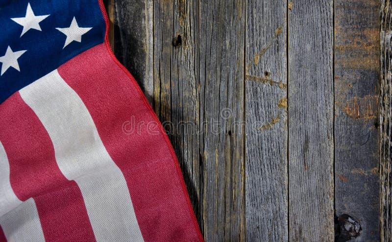 Amerikanska flaggan på lantligt trä royaltyfri fotografi