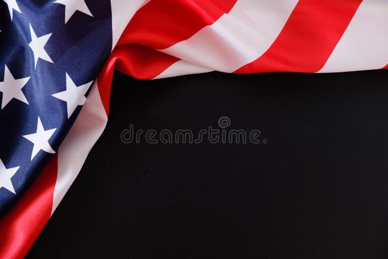 Amerikanska flaggan på mörk bakgrund fotografering för bildbyråer