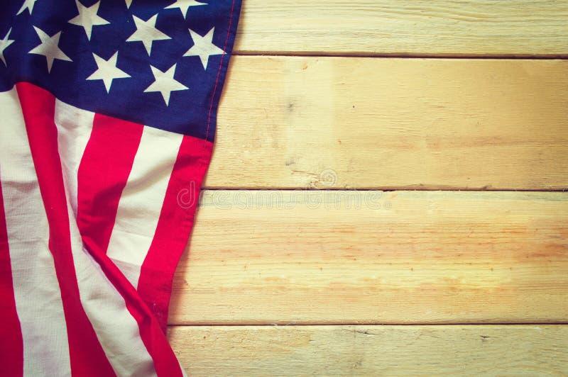 Amerikanska flaggan på träbakgrund royaltyfri foto