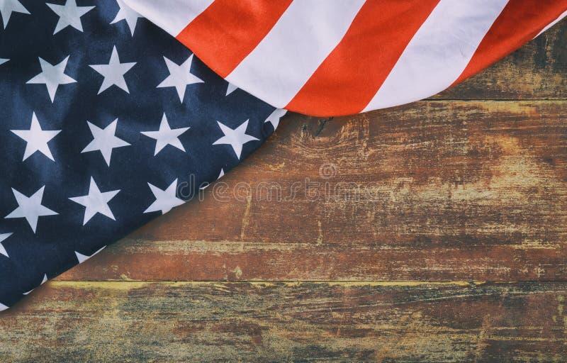Amerikanska flaggan på träbakgrundsminnesdagen royaltyfri bild