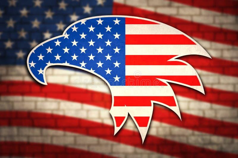 Amerikanska flaggan p? tegelstenv?ggen med patriotiska symboler av Amerikas f?renta stater Eagle huvud framme av flaggan av USA p royaltyfri bild