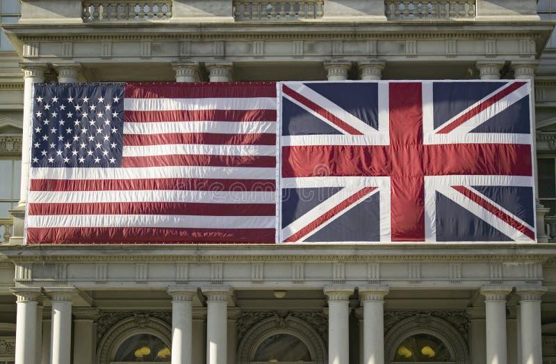 Amerikanska flaggan som framlänges monteras bredvid fackliga Jack British Flag royaltyfria bilder
