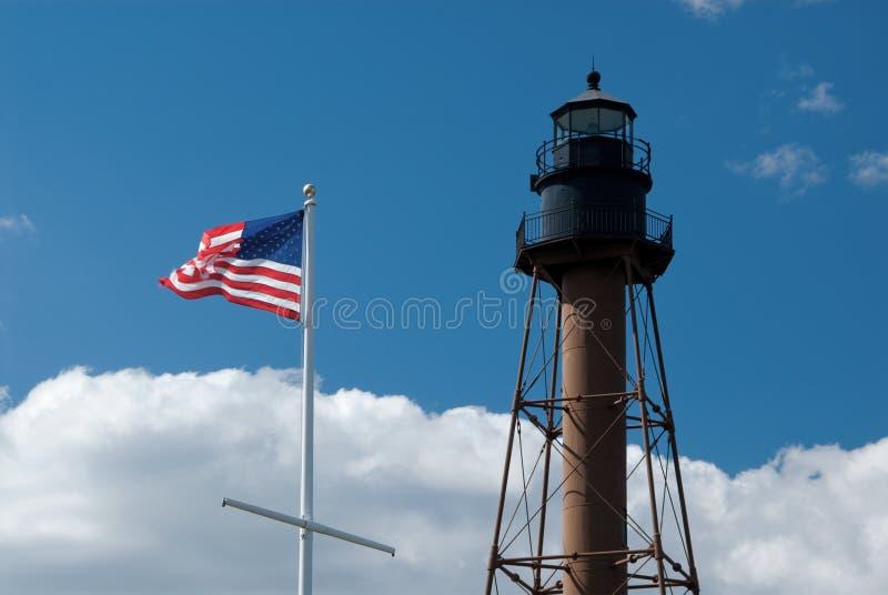 Amerikanska flaggan som vinkar förbi den Marblehead fyren i Massachusetts royaltyfria bilder