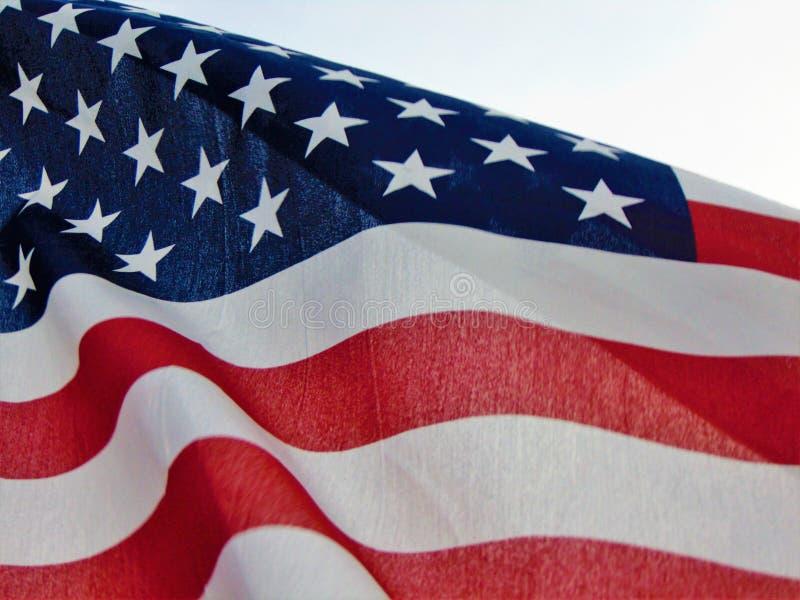 Amerikanska flaggan som vinkar i vind arkivfoton