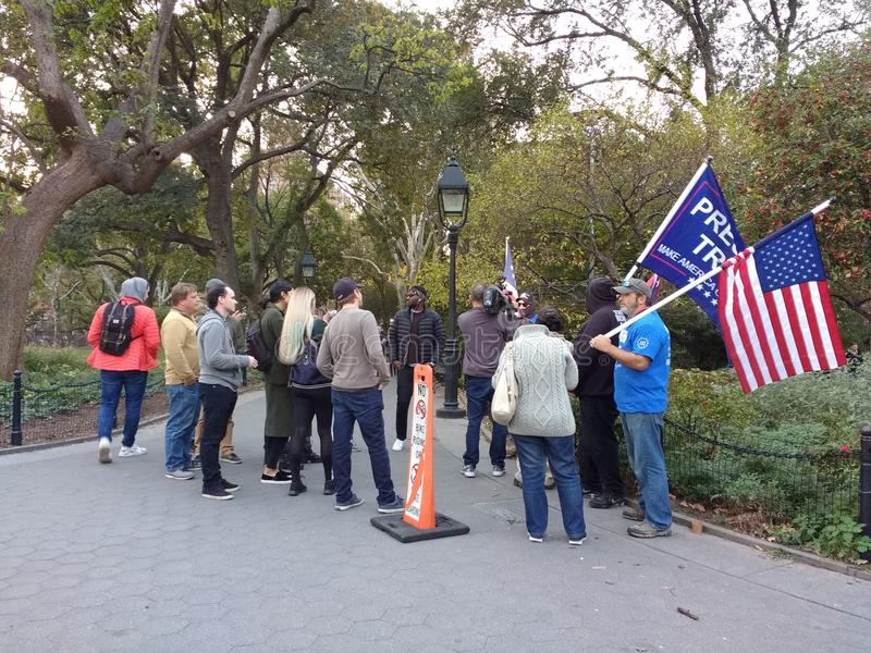 Amerikanska flaggan trumfsupportrar, Washington Square Park, NYC, NY, USA royaltyfria foton