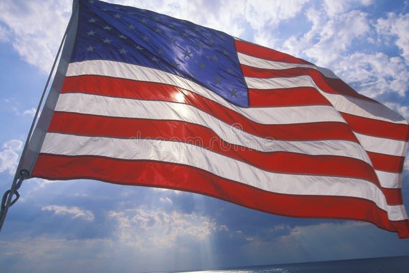 Amerikanska flagganflyg mot blå himmel, Cape May färja som är ny - ärmlös tröja arkivfoton