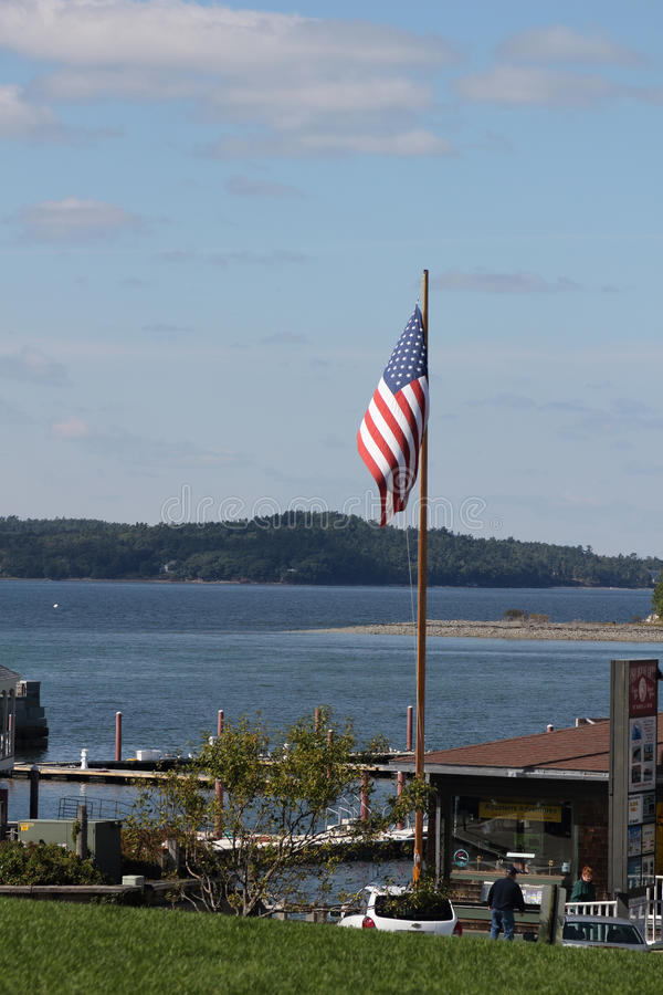 Amerikanska flagganflyg på stånghamnen, Maine royaltyfria bilder