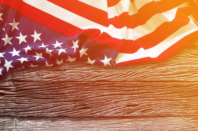 Amerikanska flaggangräns på träbakgrund royaltyfria bilder