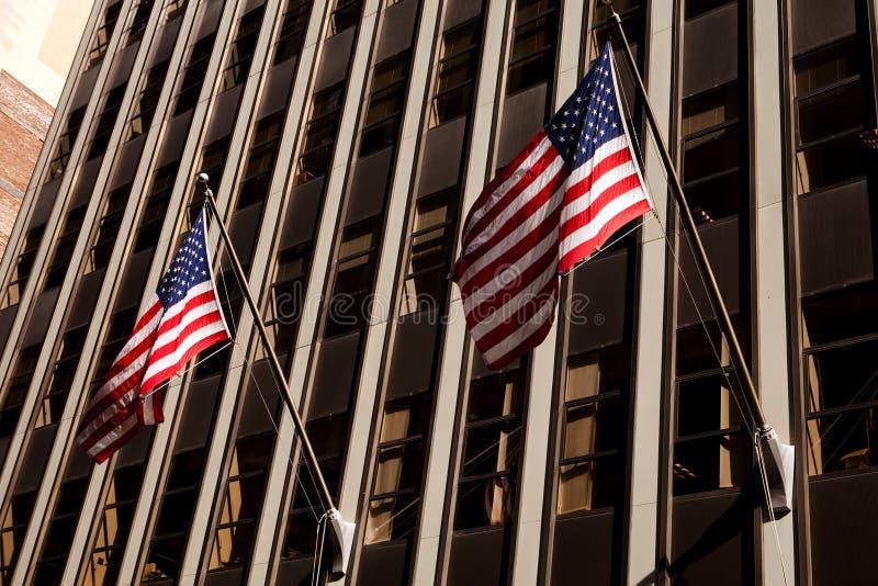 amerikanska flagganskyskrapa arkivfoto