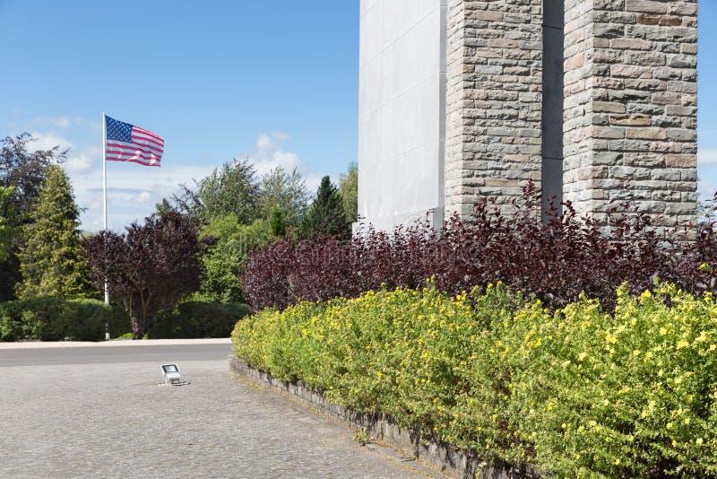 Amerikanska flagganstjärnor och band på den Bastogne WW2 minnesmärken, Belgien arkivbild