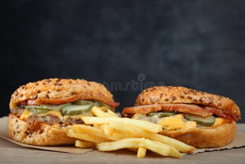 Amerikanska hamburgare och fransmansmåfiskar royaltyfria foton