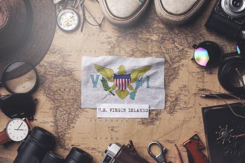 Amerikanska Jungfruöarna flagga mellan resandes tillbehör på den gamla vetemappen Överkomp Shot royaltyfri fotografi