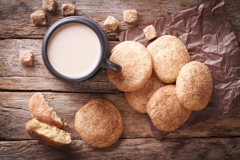 Amerikanska kakor Snickerdoodle och kaffe med mjölkar horisontal arkivfoton