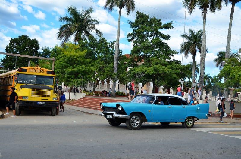 Amerikanska klassiska bilar i Vinales, Kuba royaltyfri foto