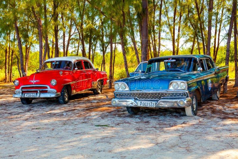 Amerikanska klassiska bilar på stranden Cayo Jutias royaltyfri bild