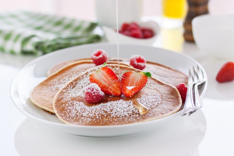 Amerikanska pannkakor för hemlagad kärnmjölk med den nya jordgubben och hallonet på en vit platta fotografering för bildbyråer