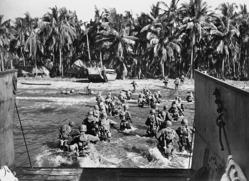 Amerikanska soldater som stormar stränderna under världskrig II (alla visade personer inte är längre uppehälle, och inget gods fi arkivfoton