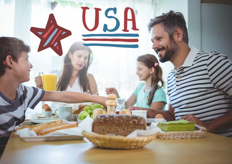 Amerikanskt familjsammanträde runt om en tabell för 4th av den Juli matställen fotografering för bildbyråer