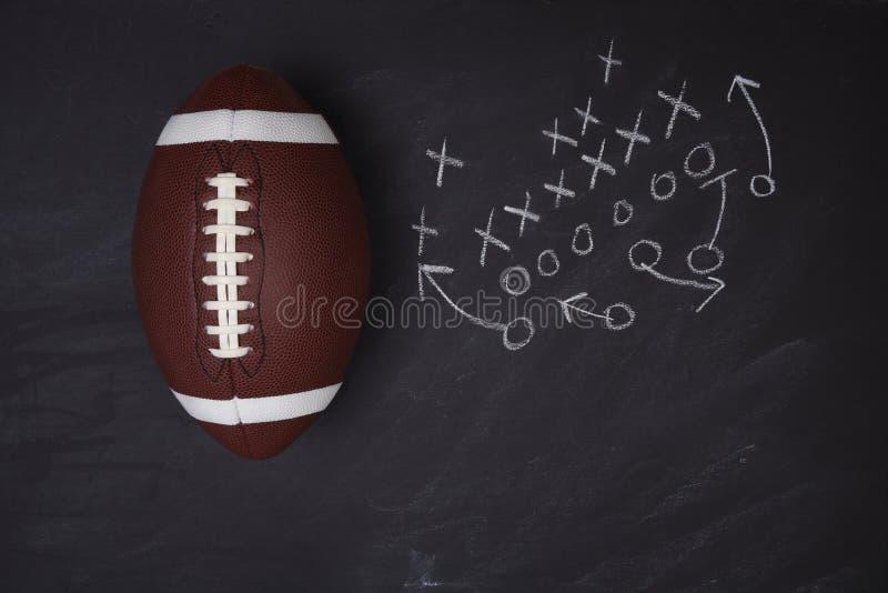 Amerikanskt högskolafotboll och lekdiagram på en svart tavla royaltyfria foton