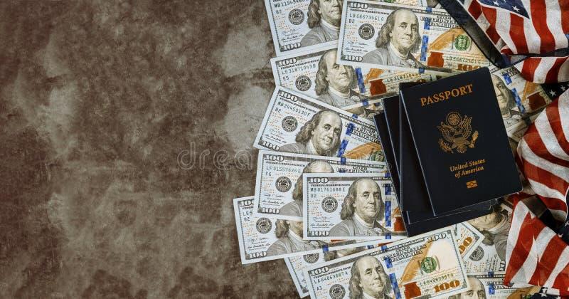 Amerikanskt pass, enigt tillstånd, flaggor och amerikanska dollar royaltyfri bild