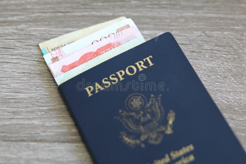 Amerikanskt pass med sedlar arkivbilder