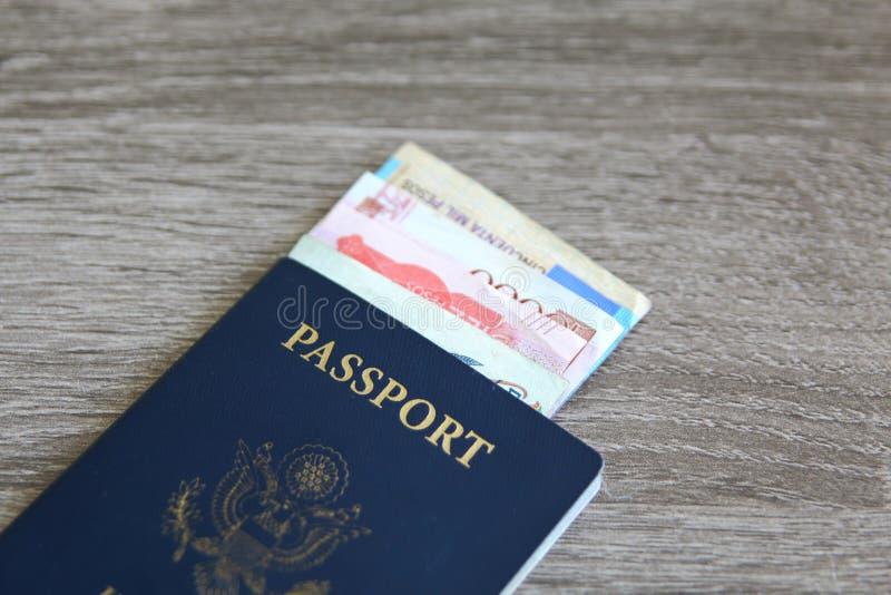 Amerikanskt pass med sedlar arkivbild
