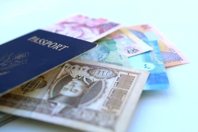 amerikanskt pass och internationella valutor royaltyfri fotografi