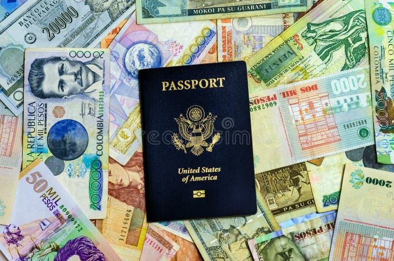 Amerikanskt pass och valuta royaltyfria bilder
