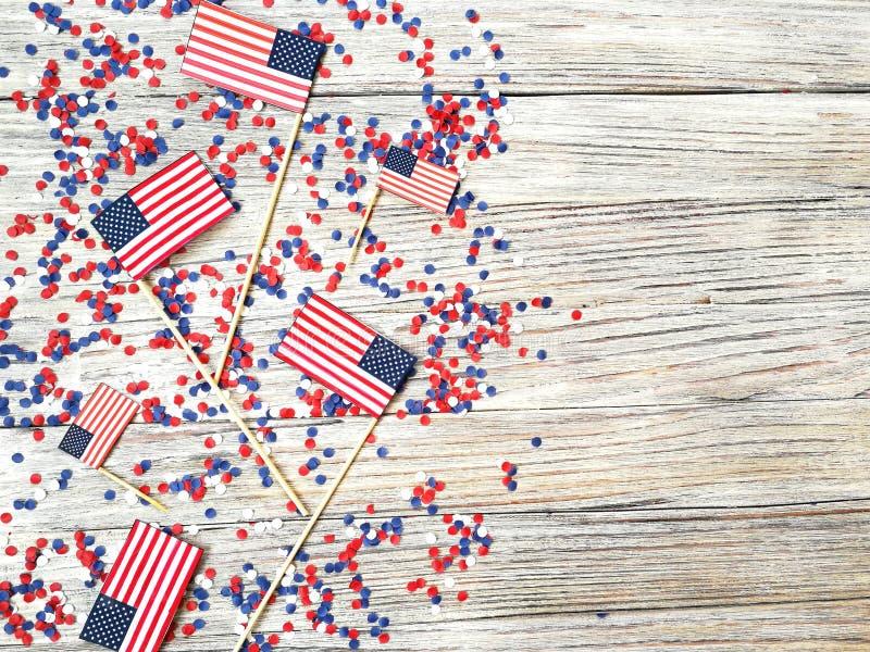 Amerikanskt självständighetsdagen, beröm, patriotism och feriebegrepp - flaggor och stjärnor på 4th av det Juli partiet överst på vektor illustrationer