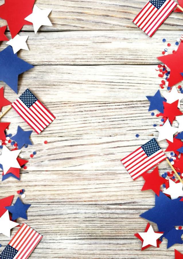 Amerikanskt självständighetsdagen, beröm, patriotism och feriebegrepp - flaggor och stjärnor på 4th av det Juli partiet överst på arkivbilder