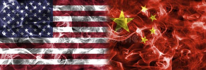 Amerikas förenta stater- och Kina rökflagga royaltyfria foton