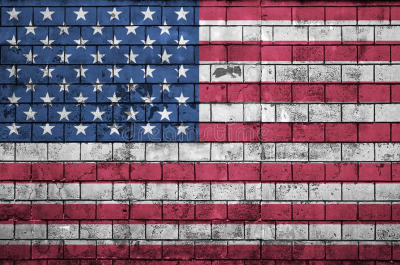 Amerikas förenta staterflaggan målas på en gammal tegelstenvägg royaltyfria foton