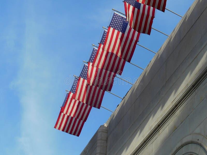 Amerikas förenta staterflaggor som flyger höjdpunkt royaltyfri foto