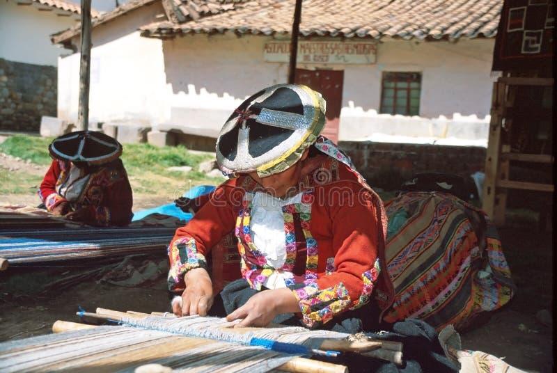 Amerindiankvinna och Andean textil royaltyfri fotografi