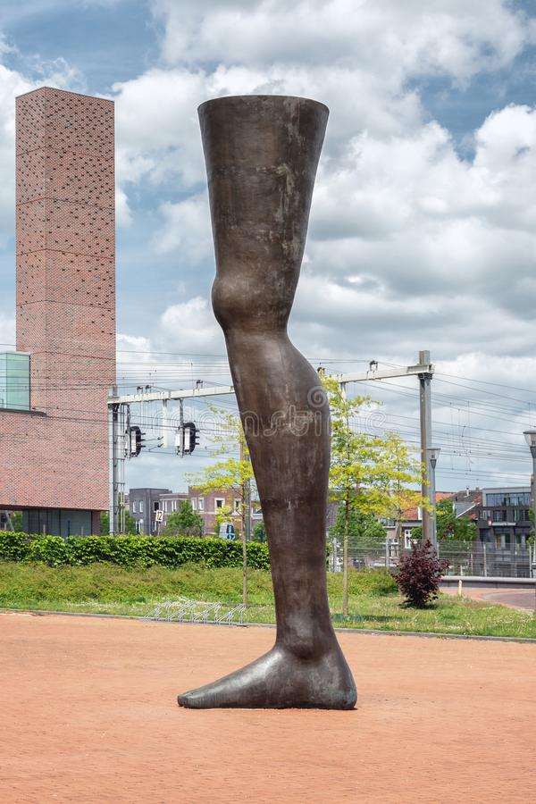 Amersfoort, Pays-Bas, le 17 mai 2015 : Les six hautes illustrations modernes de mètre Noch Einmal sur la place de station dans la photos libres de droits