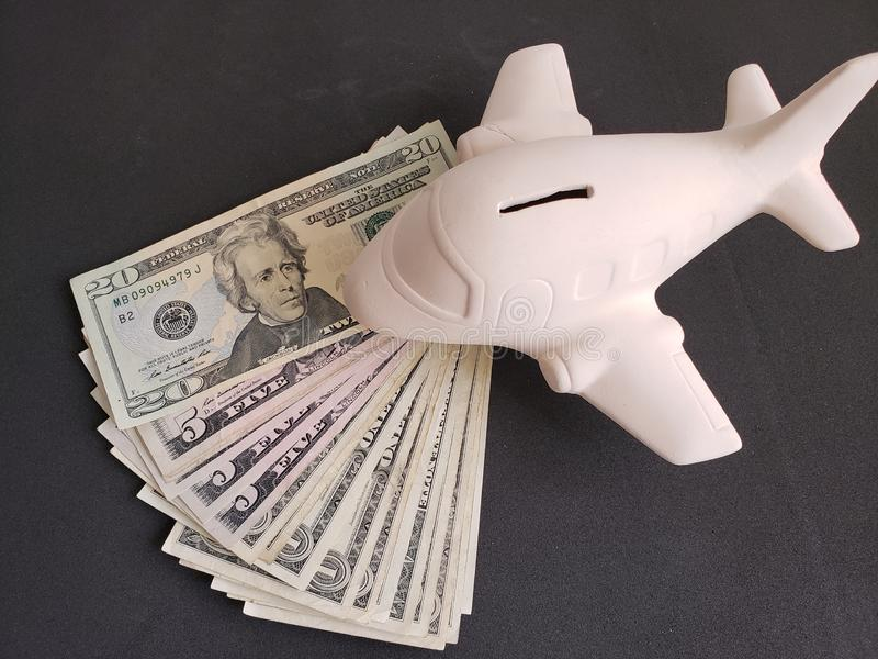 amerykańscy dolary rachunków i biały ceramiczny samolot dla podróży oszczędzań zdjęcia stock