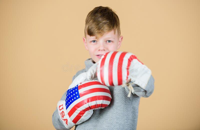 Amerykański boksera pojęcie Dziecko sporty atleta ćwiczy bokserskie umiejętności Bokserski sport Przygotowywa dla zacierać się Uf zdjęcie stock