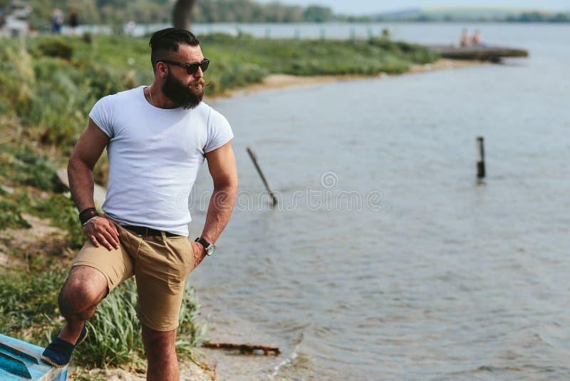 Download Amerykańscy Brodaci Mężczyzna Spojrzenia Na Brzeg Rzeki Obraz Stock - Obraz złożonej z piasek, samiec: 57663199