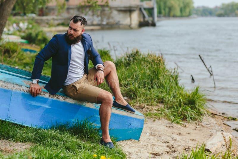 Download Amerykańscy Brodaci Mężczyzna Spojrzenia Na Brzeg Rzeki Zdjęcie Stock - Obraz złożonej z błękitny, moda: 57663232