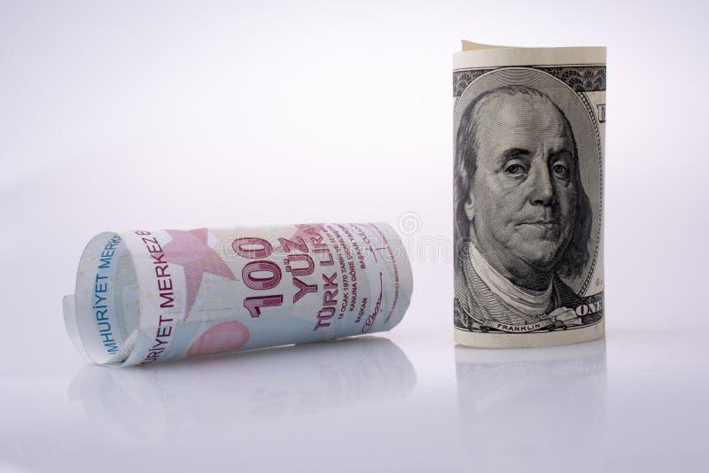 Amerykańscy dolarowi banknoty i Turksh lira banknoty popierają kogoś stronę - obok - zdjęcia royalty free