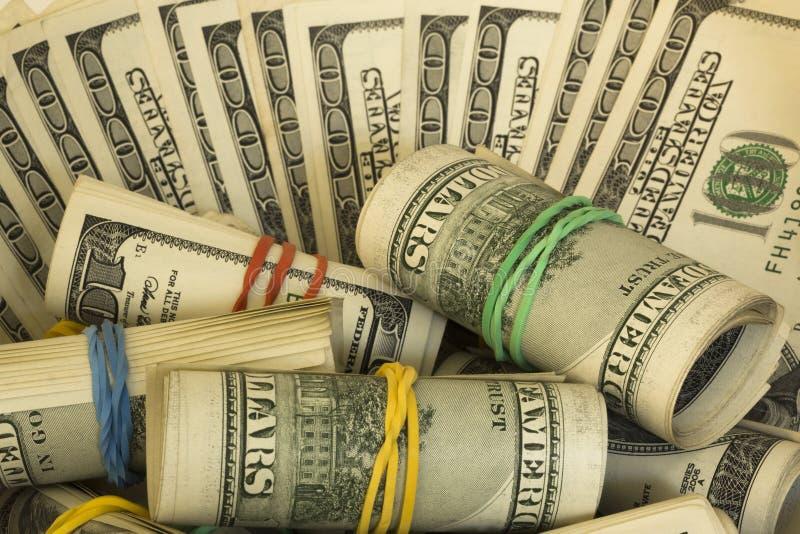 Amerykańscy dolary w rolkach od sto banknotów podobie?stwo partii dolar?w ?wiat?a maj?ce obraz stock