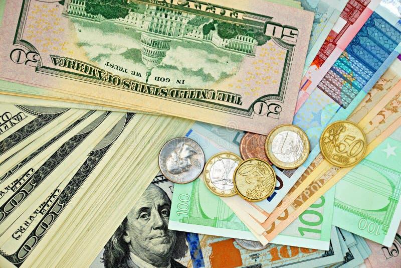 Amerykańscy i Europejscy banknoty i monety obraz stock