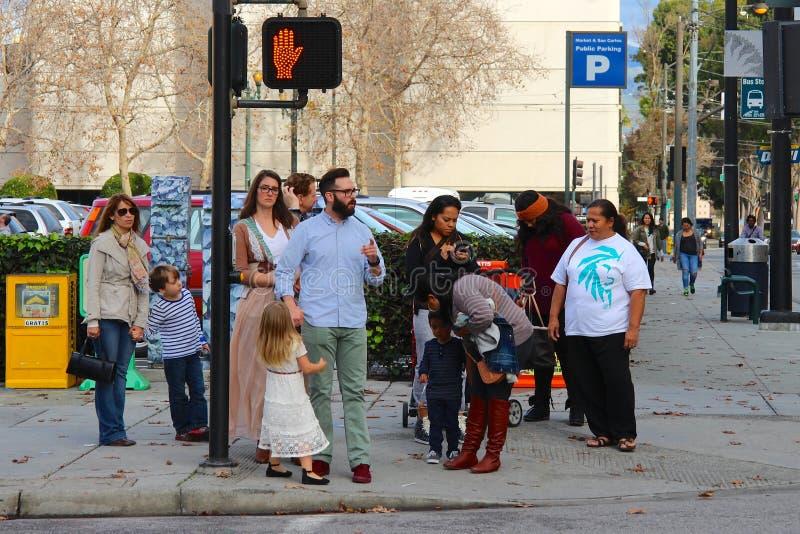 Amerykańscy pedestrians zatrzymujący przy światła ruchu fotografia royalty free
