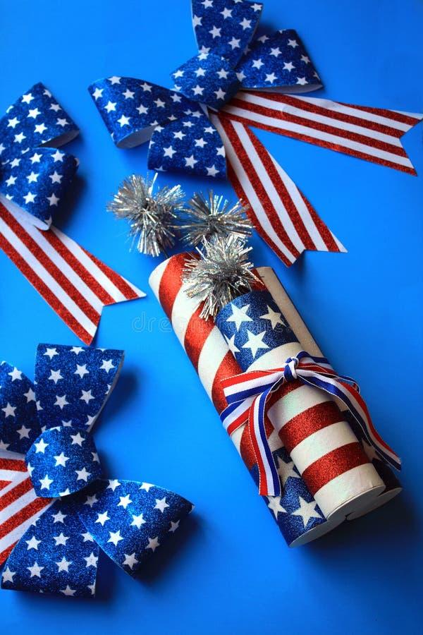 Amerykańscy wakacje flagi łęki i petardy obraz stock