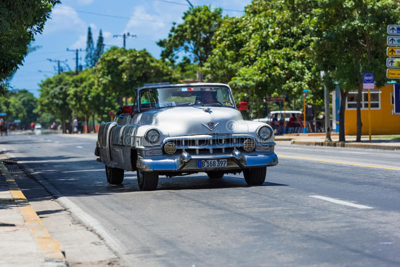 Amerykańska biała klasyczna odwracalna samochód przejażdżka na ulicie w Varadero Kuba, Seria Kuba reportażu - obraz royalty free