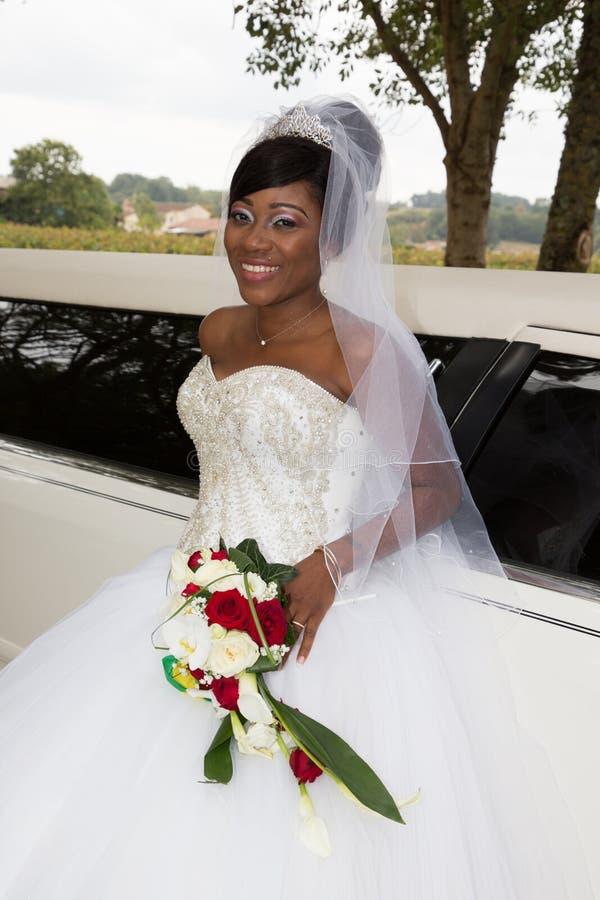amerykańska czarna panna młoda z limuzyna ślubnym samochodem obraz stock