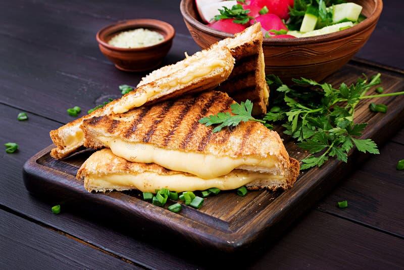 Amerykańska gorąca serowa kanapka Domowej roboty piec na grillu serowa kanapka obrazy royalty free