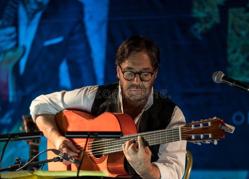 Amerykańska jazzowa fuzja i łacina gitarzysta Al Di Meola jazzowy spełnianie żywy na Kijow Centre scena w Krakow, Polska zdjęcie royalty free