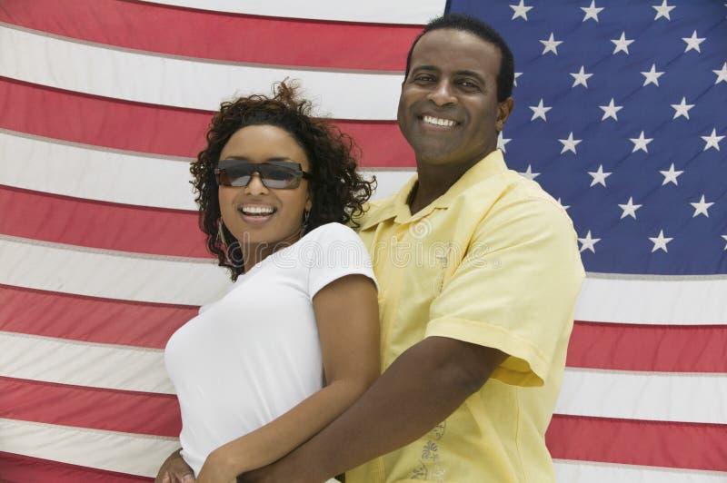 amerykańska tła obejmowania flaga mężczyzna kobieta fotografia stock