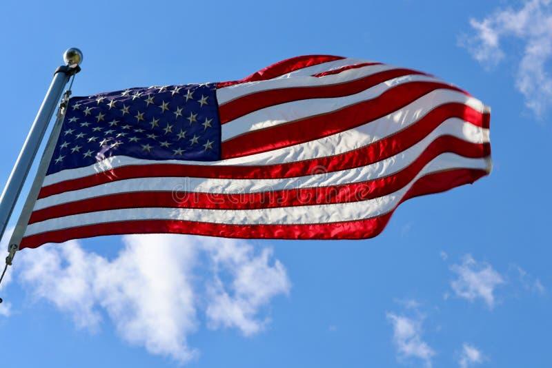 Amerykańska usa flaga przy pełnym masztowym łopotaniem w wiatrze zdjęcie stock